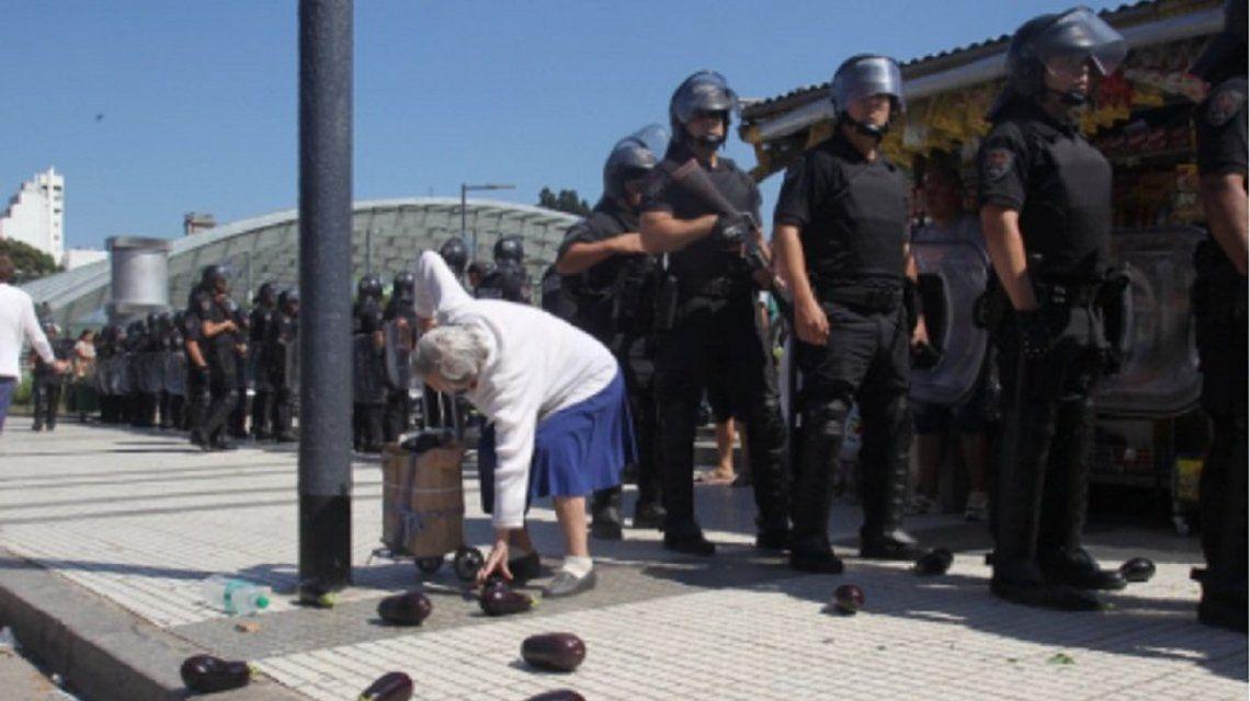 La policía desalojó el feriazo y los alimentos terminaron en la vereda