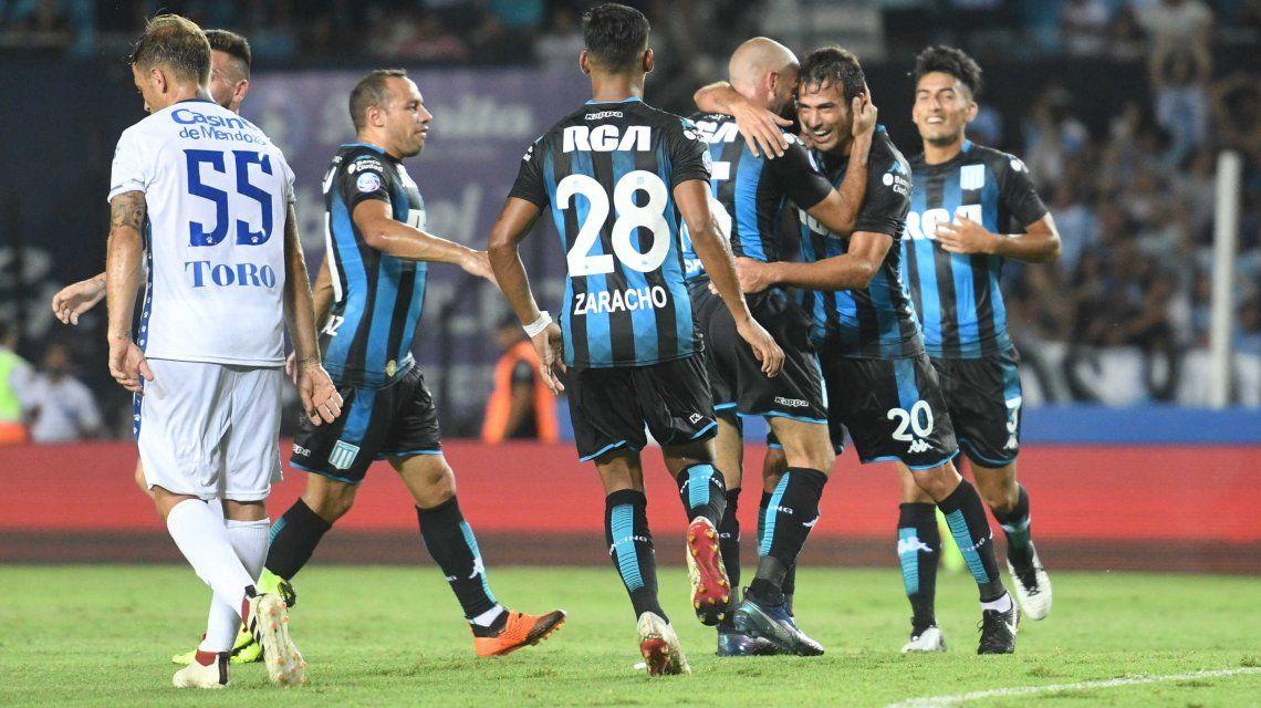 Racing festeja el triunfo ante Godoy Cruz y la vuelta a la punta de la Superliga
