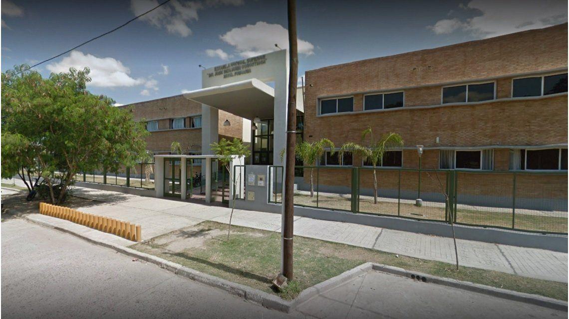 Un chico de 14 años atacó a cuchillazos a su profesora e hirió a la vicedirectora de su escuela