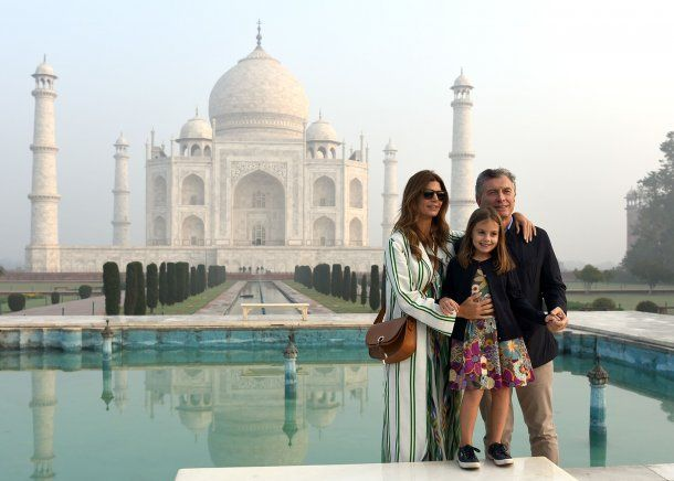 Mauricio Macri con su familia en el Taj Mahal<br>