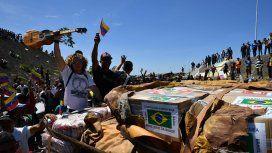 Queman la carga de ayuda humanitaria en la frontera de Venezuela y Colombia
