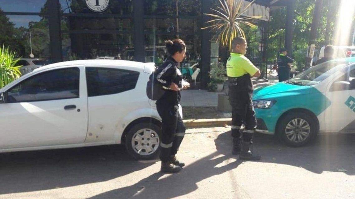 City Bell: dejaron a una nena de 2 años encerrada en un auto mal estacionado