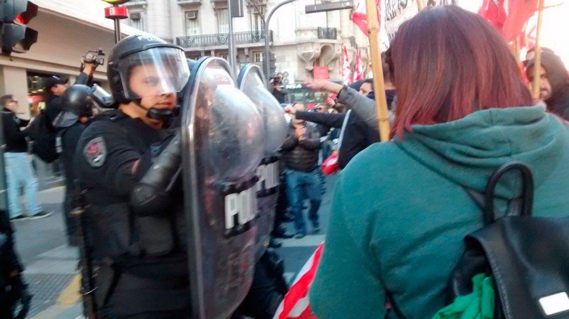 Los trabajadores se enfrentan a la policía que no quiere que corten la calle.