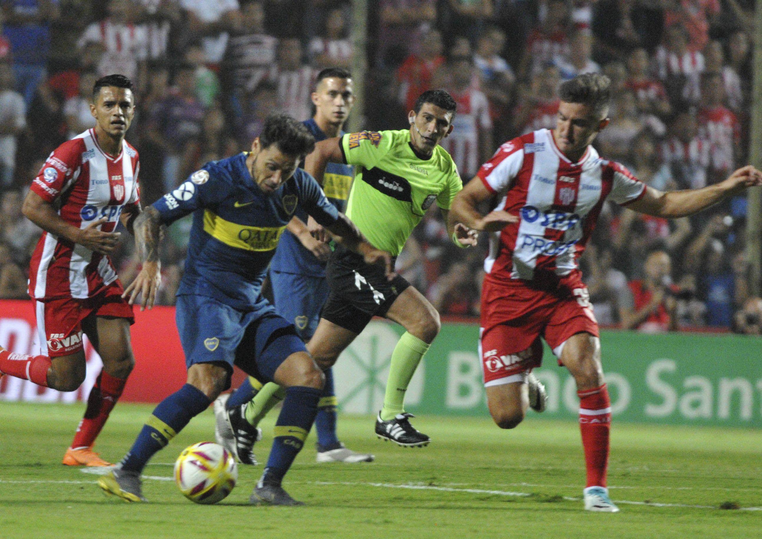 Mauro Zárate domina la pelota