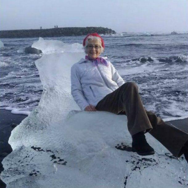 Una anciana se sienta en un 'trono de iceberg' para fotografiarse y flota a mar abierto