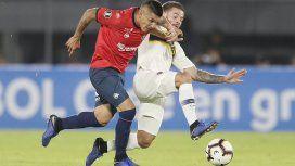 Nahitan Nández pelea por la pelota