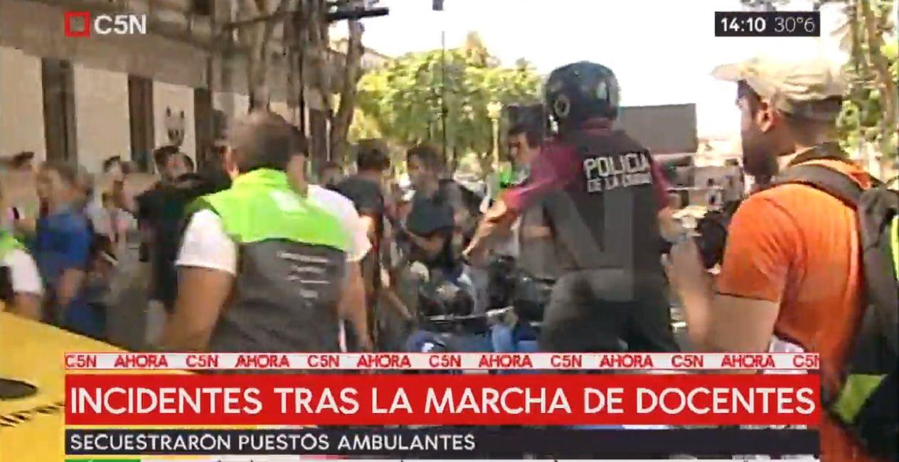 Reprimieron a puesteros ambulantes tras la marcha de los docentes a Plaza de Mayo