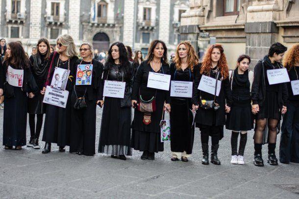 La Piazza Duomo siciliana se colmó de mujeres<br>