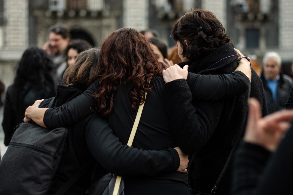 Tomadas de la mano marcharon las mujeres en Catania