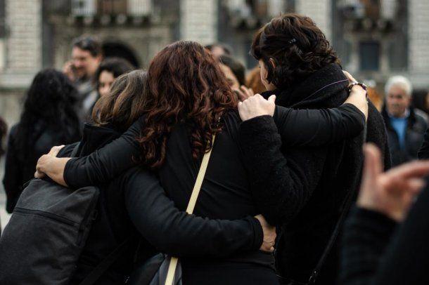 Tomadas de la mano marcharon las mujeres en Catania<br>