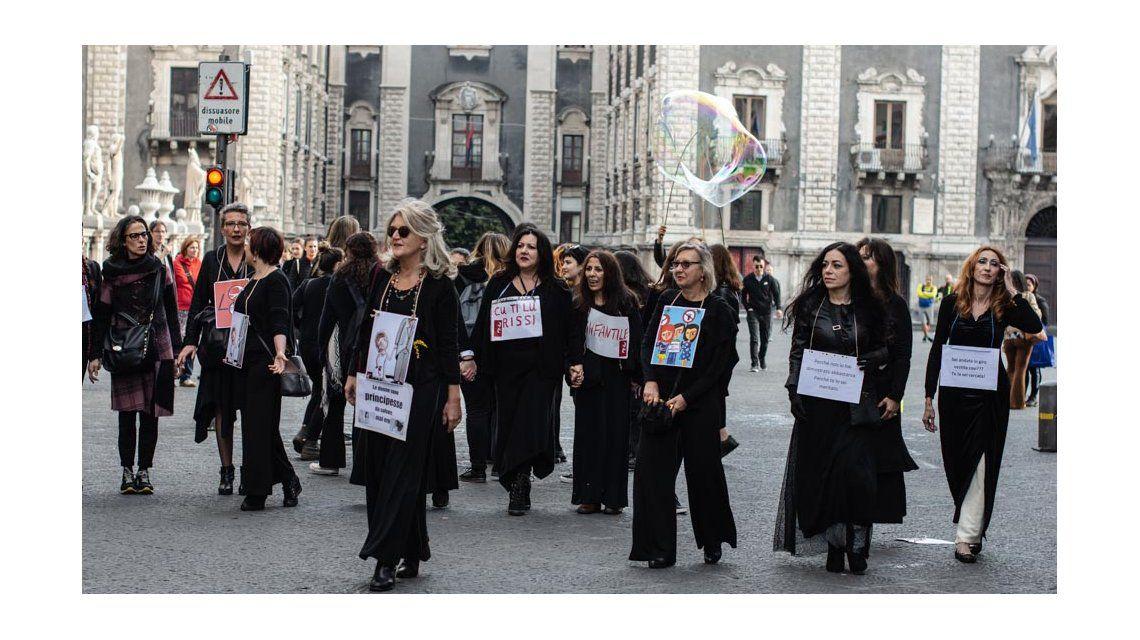 Todas de negro y con un cartel: así fue el original 8M en Italia