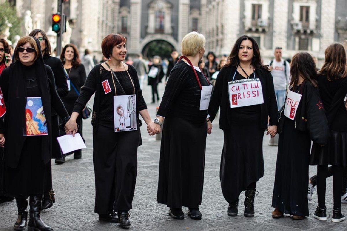 Las mujeres se tomaron de la mano y marcharon