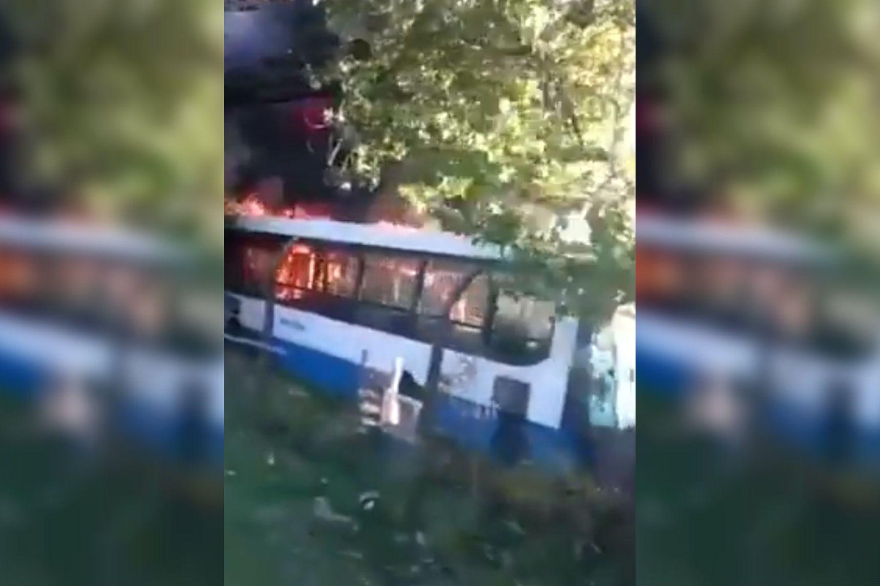 Se prendieron fuego al menos 15 colectivos en la terminal de Monte Grande