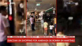 Evacúan un shopping de Martínez por una amenaza de bomba