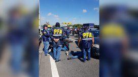 Un hombre se tiró de la autopista porque lo perseguía la policía y murió