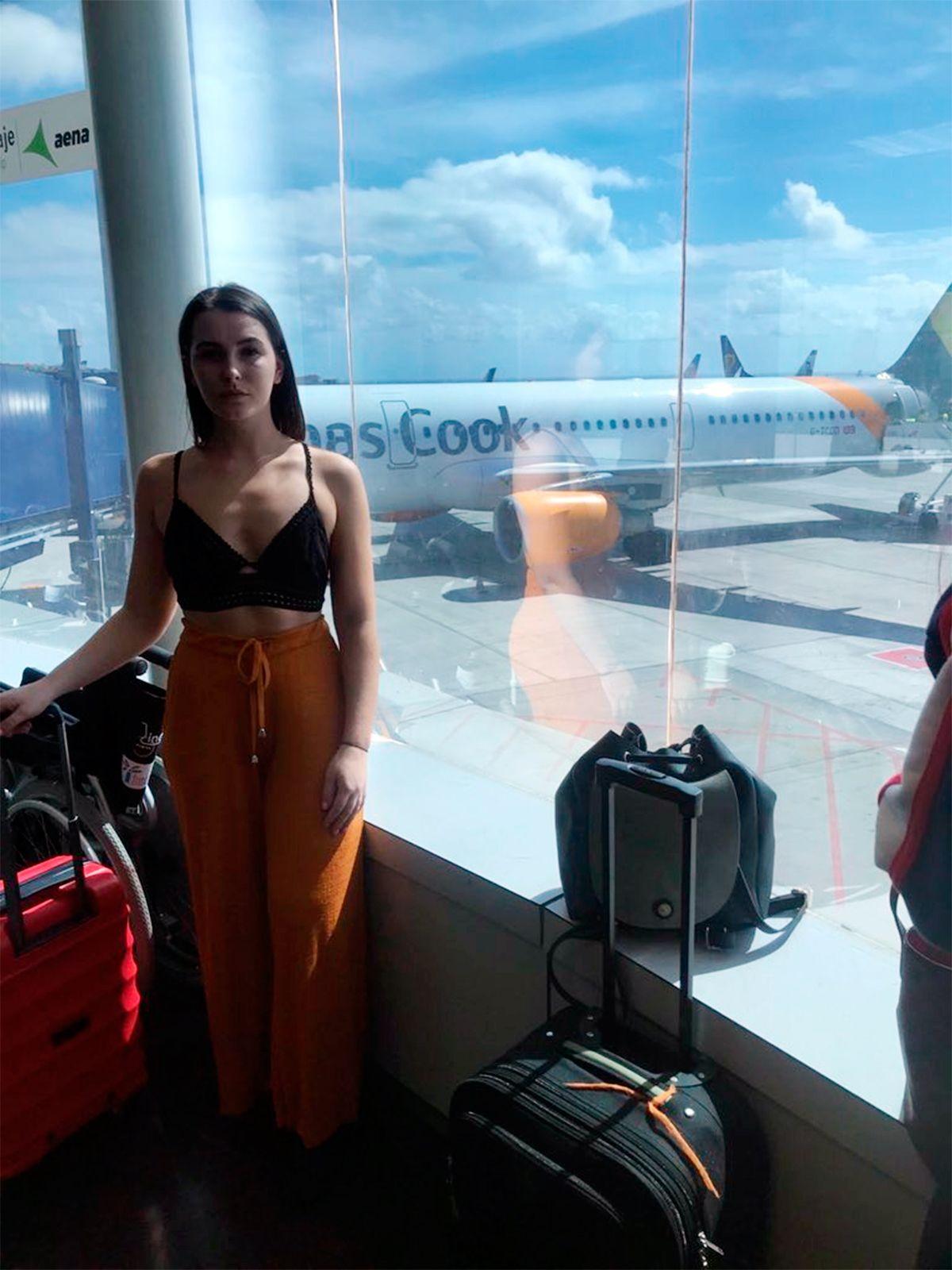 La amenazaron con bajarla del avión porque su vestimenta era provocativa