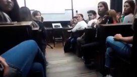 En medio de una clase, una alumna de la UBA escrachó a un profesor denunciado por abuso