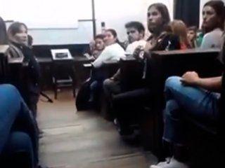 en medio de una clase, una alumna de la uba escracho a un profesor denunciado por abuso
