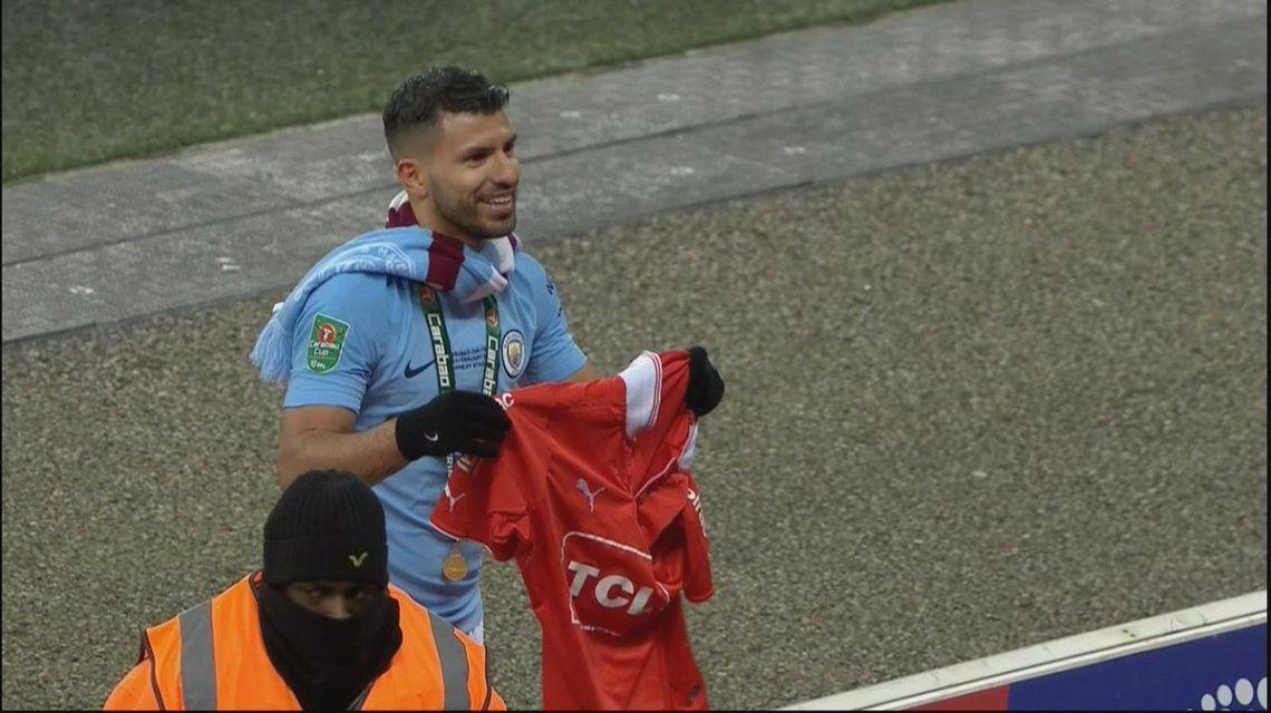 Kun Agüero festeja en el Manchester City con la camiseta de Independiente