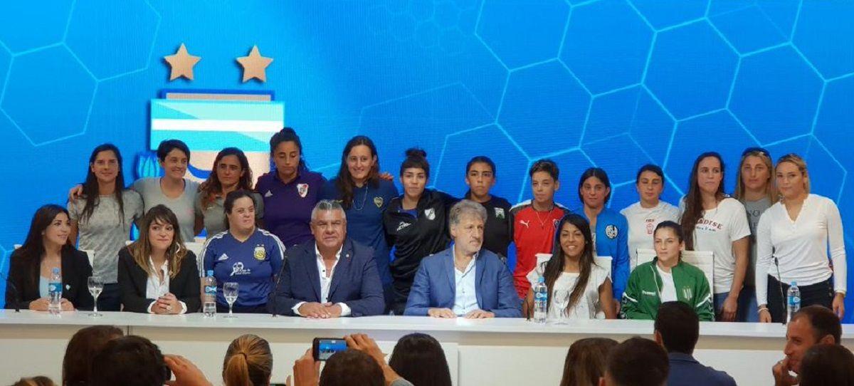 Chiqui Tapia y Sergio Marchi encabezaron la presentación