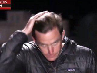 video: un cronista fue sorprendido al aire mientras se arreglaba el pelo con su propia saliva