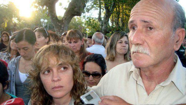 Carlos Bustamante junto a su mujer, Verónica González, durante una marcha por su hijo Gastón<br>