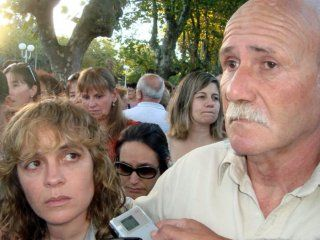 Carlos Bustamante junto a su mujer, Verónica González, durante una marcha por su hijo Gastón