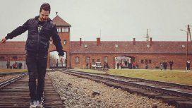 Visitantes se sacan fotos frívolas en un campo de concentración