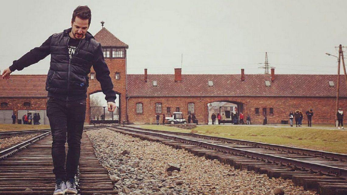Visitantes se sacan fotos frívolas en Auschwitz