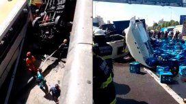 Caos en la autopista 25 de Mayo por un camión que chocó y quedó colgado