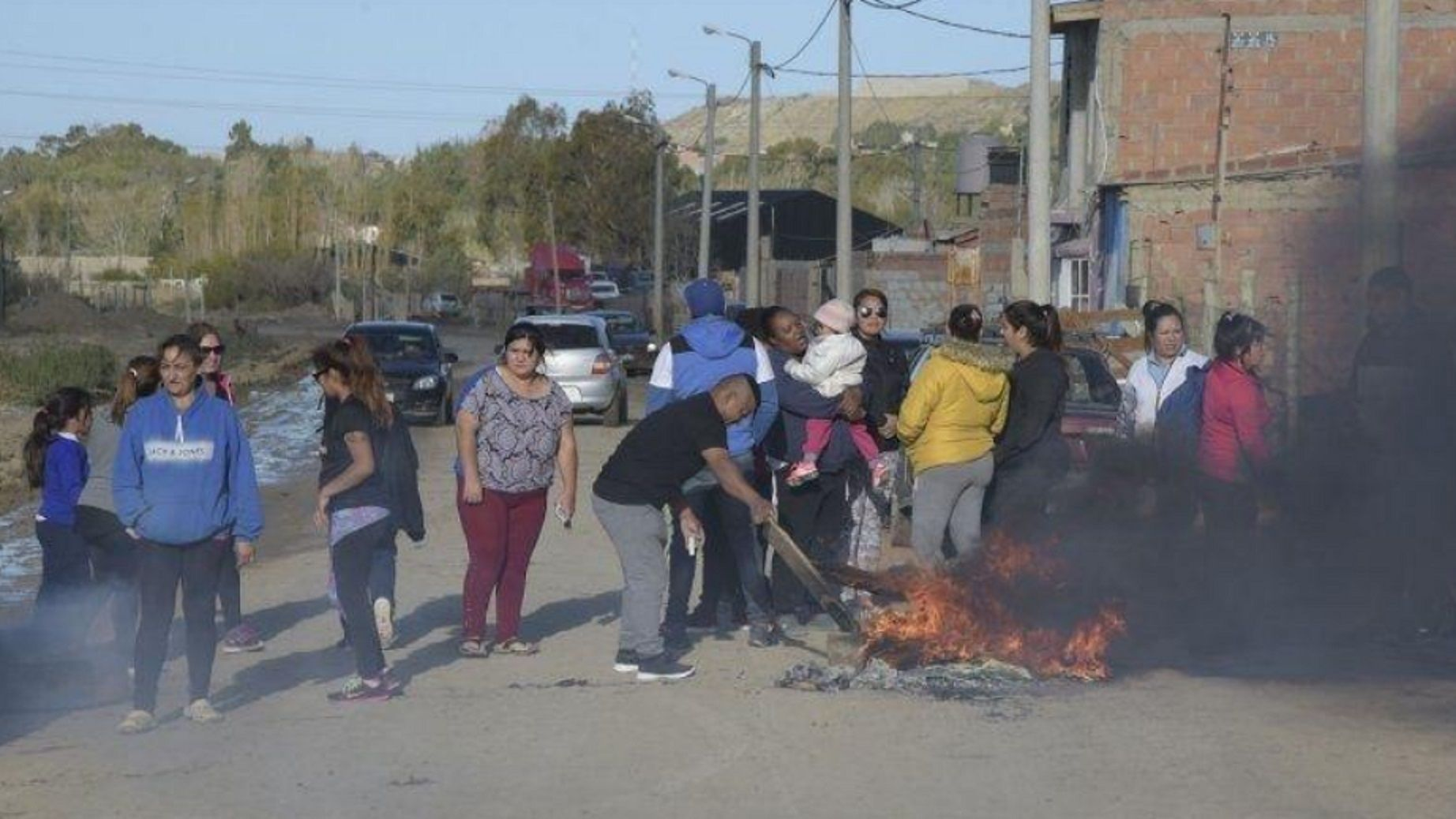 Vecinos apedrearon y prendieron fuego la casa del presunto violador. Foto: El Chubut.