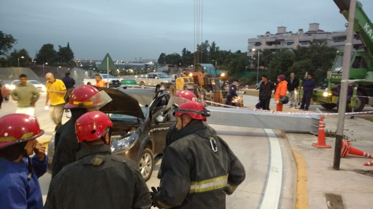 Se desplomó una estructura y aplastó a un auto: el conductor está grave