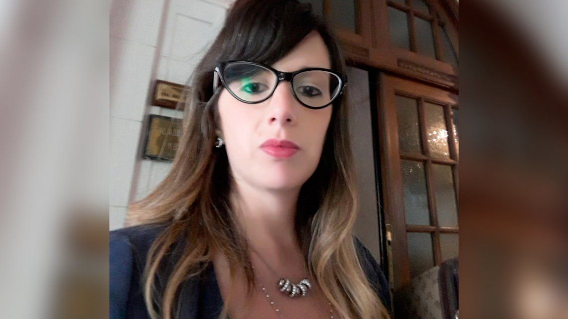 La abogada denunció a un colega de violación y la sigue amenazando
