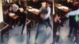 Graban una fuerte pelea entre dos abogados en un bar