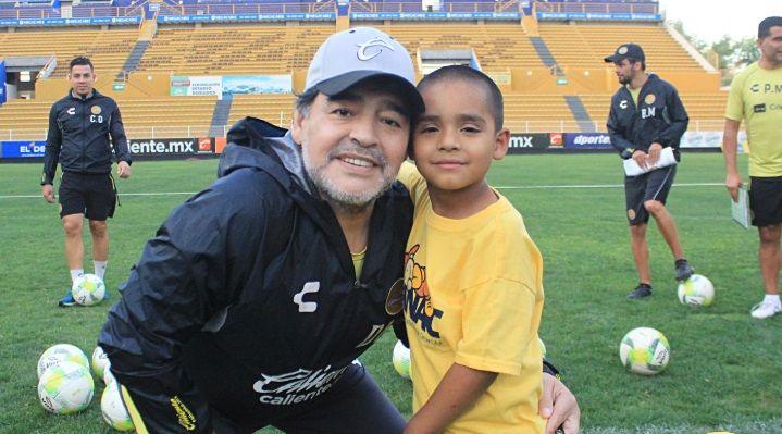 El baile más emotivo de Maradona: a puro ritmo junto a una niña con cáncer