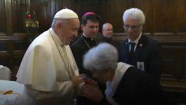 El Vaticano explicó por qué Francisco no dejó que besen su anillo papal
