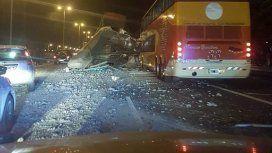 Un camión derrumbó un puente en Acceso Oeste