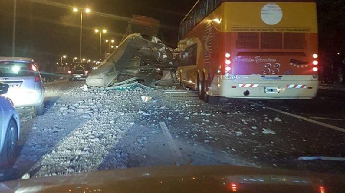Un camión derrumbó un puente en el Acceso Oeste