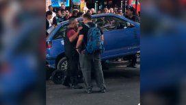 A lo Relatos Salvajes: se atrincheró en su auto en pleno Centro para que la grúa no se lo lleve