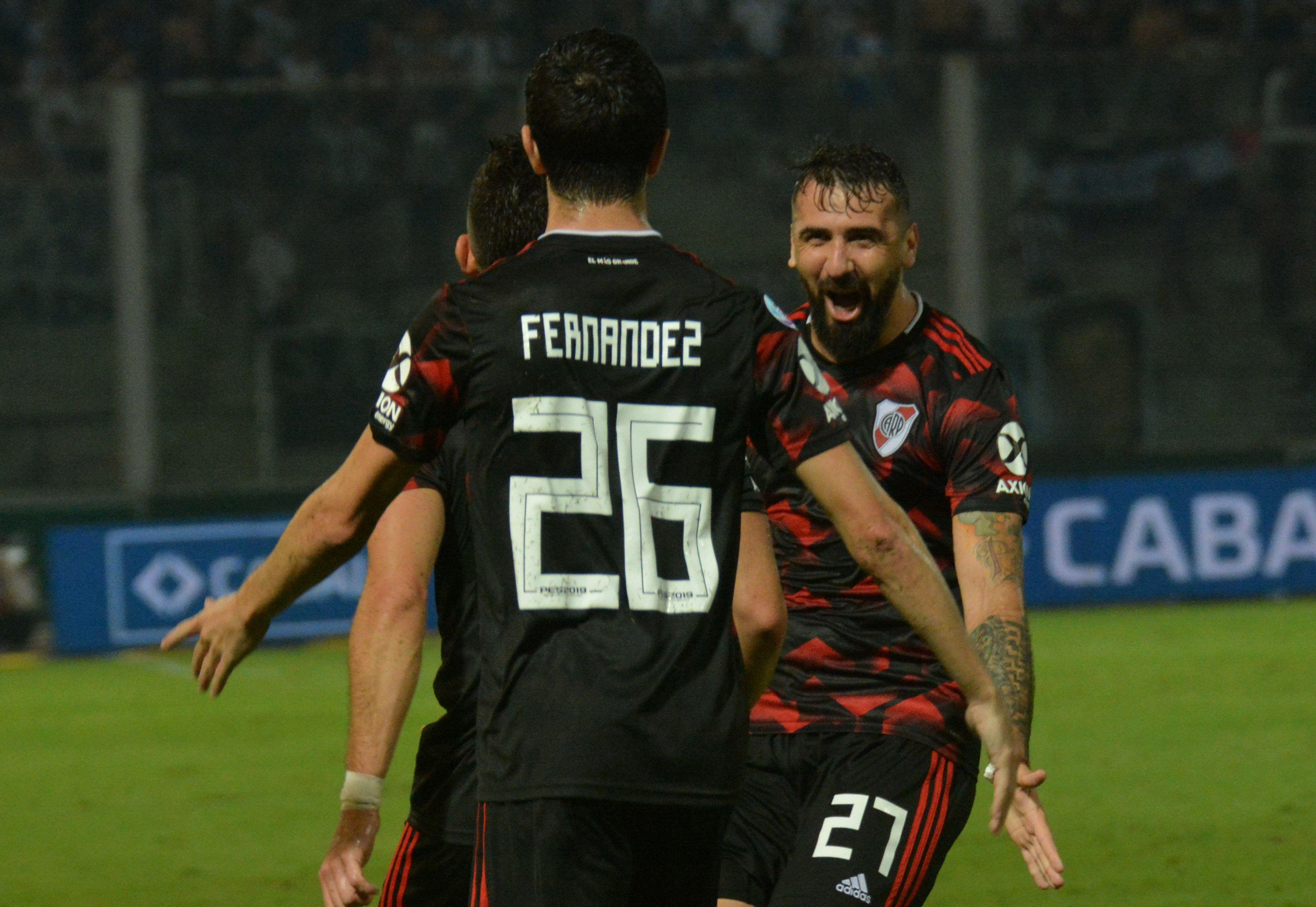 Nacho Fernández y Lucas Pratto celebran