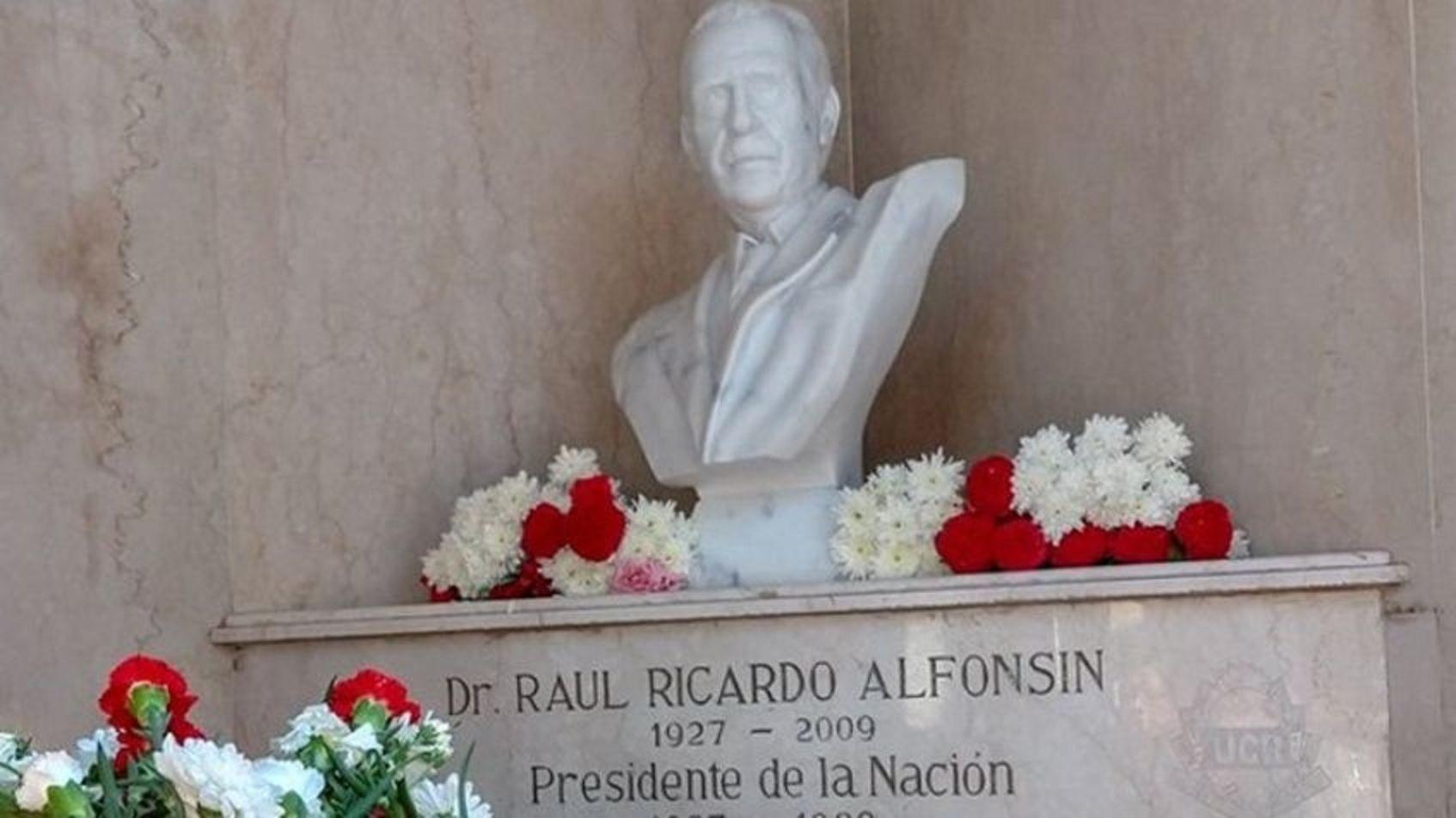 Homenajearon a Raúl Alfonsín en La Recoleta a diez años de su muerte