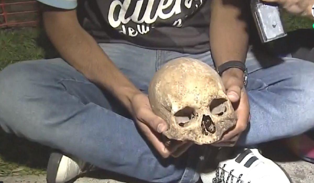 Nunca visto: un hincha de Racing llevó el cráneo de su abuelo a los festejos del campeón