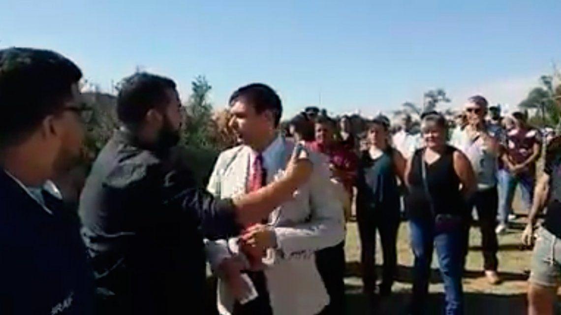 Un funcionario de La Pampa quiso hacer campaña en un acto por Malvinas y fue expulsado: Respetá a los héroes