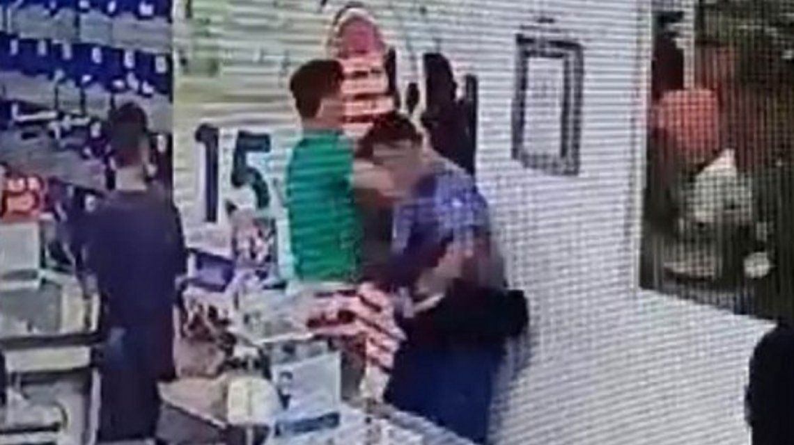 Neuquén: un joven se quiso ir sin pagar de un súper y noqueó a un policía