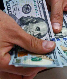 El dólar subió 50 centavos y vuelve a rozar los $44