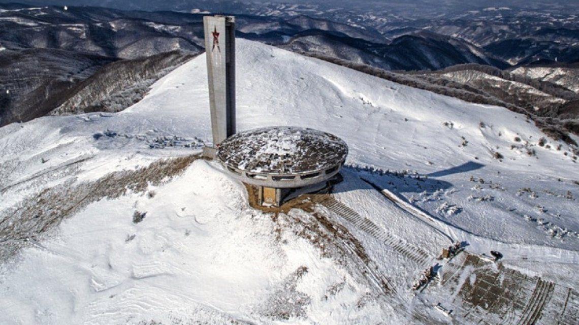 Así es la gigante casa del Partido Comunista de Bulgaria, abandonada en el monte Buzludzha