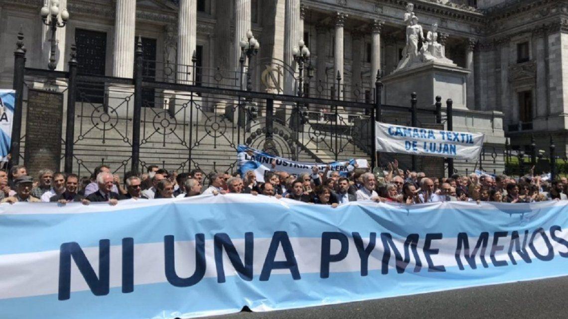 Las pymes marcharon con los sindicalistas y dicen estar en etapa de extrema gravedad