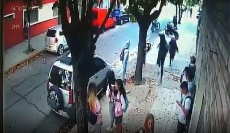 Motochorros robaron a los tiros en la puerta de una escuela de Aldo Bonzi