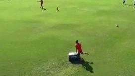 El terrible blooper de un juvenil de Independiente durante una práctica