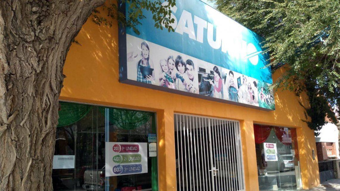 Cerraron las cadenas de electrodomésticos Lucaioli y Saturno: casi 500 empleados en la calle